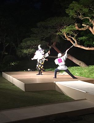 スイス大使館の庭に特設された舞台で歌舞伎を披露する坂東彌十郎丈。