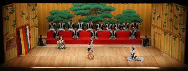 『棒しばり』の舞台。『勧進帳』などでもおなじみの松羽目(まつばめ)と言う形式の舞台です。