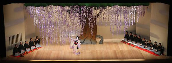 『藤娘』の舞台。大きな藤の花が演者を可憐に引き立てます。