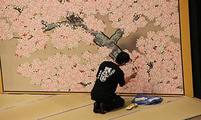 『新薄雪物語』「詮議」。銀地に桜の絵。遠くからではあまり見えないような細かなところですが、根気よく手直しをしています!