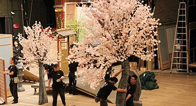 『天保遊俠録(てんぽうゆうきょうろく)』の桜です。劇場にいると桜をはじめ、いろいろな草花(もちろん造花が多いですが)をみることができます。