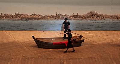 『怪談 牡丹燈籠』の冒頭は川のシーン。スルスルと進む小舟も演技力が必要ですね。この舟は大道具が担当しております。