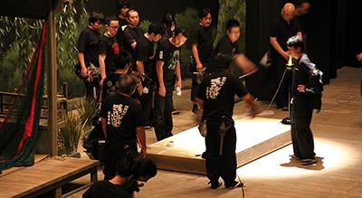 『怪談 牡丹燈籠(かいだんぼたんどうろう)』。劇中、噺家が登場するという演出で(噺家役は歌舞伎俳優が演じます)、その高座の台を設置しているところです。