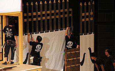 『熊谷陣屋』の幕を張っているところです。この幕は「陣幕(じんまく)」と呼んでいます。