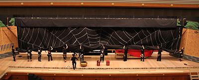 『蜘蛛絲梓弦(くものいとあずさのゆみはり)』で使われる幕を巻き上げているところです。
