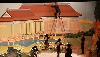 『おちくぼ物語』の背景画を手直ししているところです。職種、男女を問わずみんな高い脚立もひょいひょい上っていきます。
