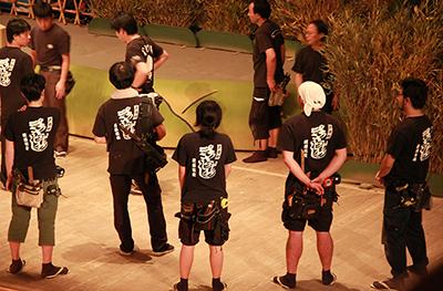 大道具の骨組みを作っている製作チームは、普段は松戸にいるのですが、この時期は歌舞伎座に詰めて、現場での最終作業や修正作業にあたっています。頼もしい後ろ姿です。