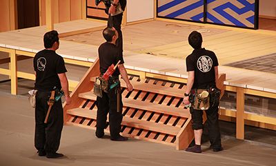 『伽羅先代萩』「対決」の場面。「白州はしご」と呼ばれる階段の位置を確認しているところです。 設置位置については、結構神経質にやっております!