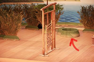 『実盛物語』の草井戸です(赤い矢印)。手前にあるのは、山木戸。道具ひとつひとつに、ちゃんと名前があります。