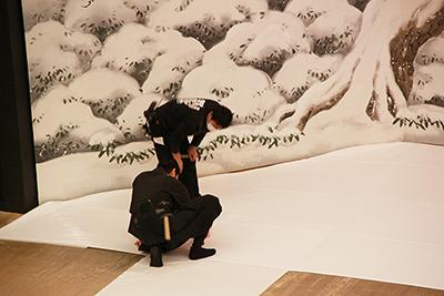 『仙石屋敷』の雪布を敷いているところです。布が動かないように留めているのですが、転換をスムーズにするには、しっかり留すぎても困ります。そうした小さな作業にもコツがあるようです。