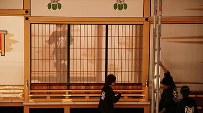 『十種香』の八重垣姫の部屋(上手側)。障子がこんな風に透けるようになっています。下手側の濡衣の部屋と比べると、高欄付きの縁側もあって、豪華です!