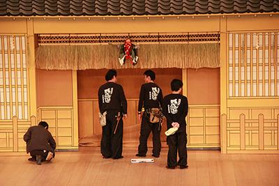 『吉田屋』の最初の場面です。しめ飾りなどは、小道具さんが受け持っています。