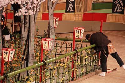 『籠釣瓶花街酔醒』の「仲之町」。ぼんぼりを取り付けているところです。ぼんぼりに書かれている文字や並び順も、決まりがあります。