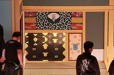 『籠釣瓶花街酔醒』の縁切り場。屋体の下手には布団部屋があります。積夜具が描かれていますが、風呂敷には八ツ橋を演じる俳優さんの紋を入れています。