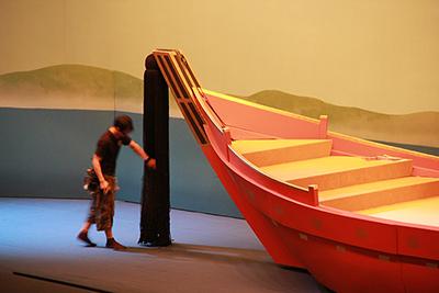 『二条城の清正』の船です。船首を飾る房は「魔脅し(まおどし)」と呼んでいます。この房も、お芝居のなかでちょっと演技をします。