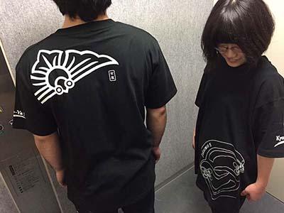 襲名にちなんだTシャツ。背中の図案が、いいですよね。モデルは、弊社の絵描き(第一美術課)です。