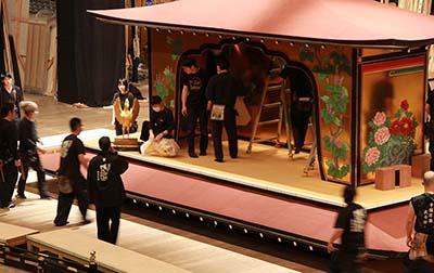 『金閣寺』の屋体。セリを使ってダイナミックな演出があります。