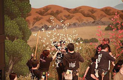 『彦山権現誓助剱 毛谷村』の紅白の梅。お芝居の最後に、赤い梅の枝が演出に関わってきます。ちなみに、木自体は大道具ですが、俳優さんが手にもつ枝は小道具さんの担当となります。