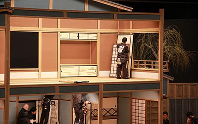 不知火検校』は場面が多いお芝居で、たくさんの大道具が登場します。写真は、二階建ての屋体(やたい)。二階の部屋では、大道具の建具の担当が作業をしています。