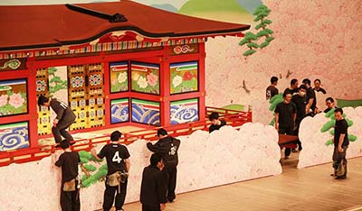 『楼門五三桐』。屋体も演技をしまして、舞台を盛り上げます。