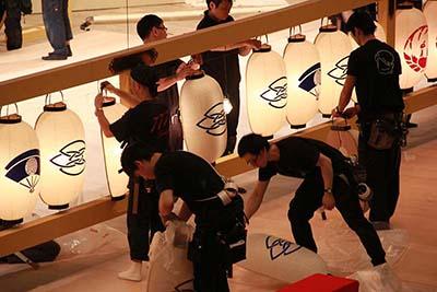 『勢獅子音羽花籠』の提灯。図案は、尾上菊五郎家の定紋「重ね扇に抱き柏」と替紋「四ツ輪」です。提灯屋さんが1つずつ手描きで仕上げておられます。