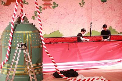 『男女道成寺』のための紅白の段幕を吊る作業をしているところです。