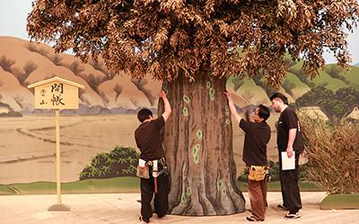 木の実』に登場する椎の木です。この大木は、ちょっと楽しい演技をしますが、そのあたりは小道具さんの担当になります。
