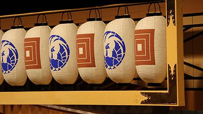 『壽三升景清』で舞台の上のほうに飾られる提灯です。描かれている紋は、三升と歌舞伎座の座紋である鳳凰丸です。この提灯も、そばで見ると結構大きいですよ。