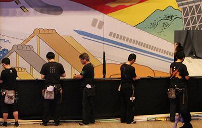『東海道中膝栗毛』。背景画を吊る作業をしているところです。
