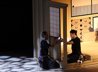 『東海道中膝栗毛』の屋体(やたい)の戸を調整しているところです。俳優さんの出入りがありますから、気を遣います。この屋体も、なかなか楽しいお芝居をしてくれます。