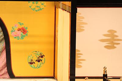 『一條大蔵譚』「奥殿」の屋体です。左側の「花丸」は絵描き(第一美術課)、右の金色の文様は「奉書雲(ほうしょぐも)」と言う名称で塗方(第二美術課)が描いています。