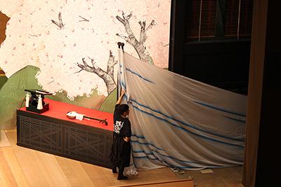 『吉野川』の「かすみ幕」です。ひょこひょこと動く「かすみ幕」は、大道具が扱っています。ユニークな幕の使い方ですよね。