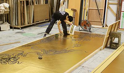 第一美術課(絵描き)課長の山中隆成が、朝倉隆文先生の原画を元に、描いていきました。