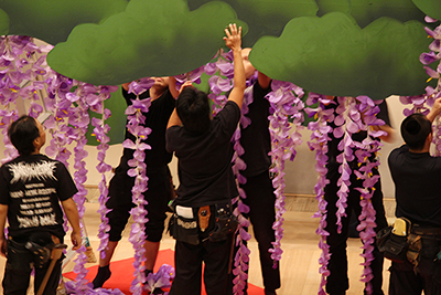 『藤娘』の造花を飾り付けているところです。房をつける位置を考えたり、花びらを整えたりと、みんな慎重に作業をしていました。