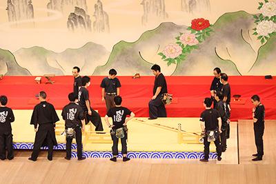 『祝勢揃壽連獅子(せいぞろいことぶきれんじし)』の台を準備しているところです。親子四人で踊られる迫力ある舞台です。