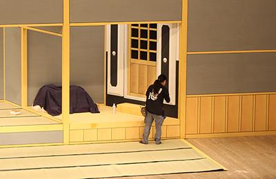 『加賀鳶』に出てくる質屋の場面。上手側には、立派な扉のついた蔵があります。遠くから見ると絵のようにも見えますが、微妙に立体になっています。