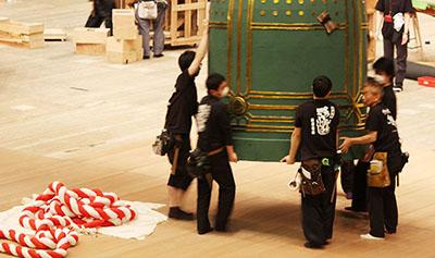 『京鹿子娘五人道成寺』の鐘を運んでいるところです。