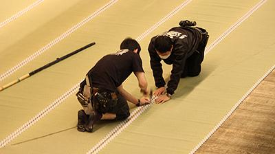 『御浜御殿綱豊卿』では、畳の大広間の場面があります。長いゴザのようなものを敷き詰めるのですが、きれいにとめておかないと、ゴザが動いてしまったりしますので、このあたりも神経をつかっております。