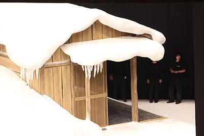 『吹雪峠』の小屋です。たっぷり積もった雪とつららが、厳しい寒さを表していますね。