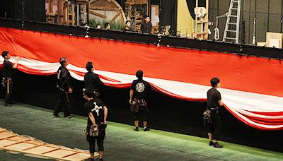 『京鹿子娘五人道成寺』で使われる紅白の幕を扱っているところです。